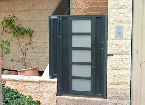 שער לבית בשילוב זכוכית בכניס לבית