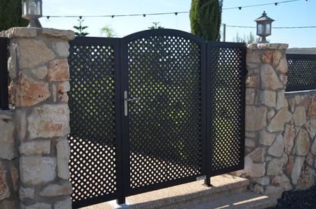 שער לבית מעוטר בצבע שחור