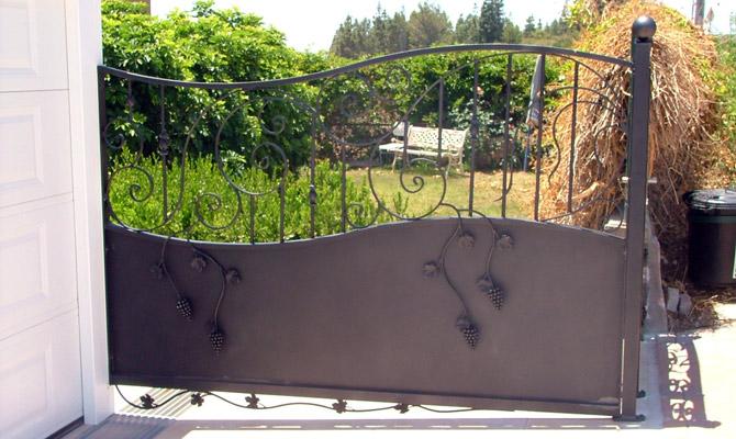 שער אוטומטי מעוטר ונפחות בניסה לבית ולחניה
