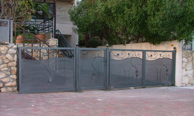 שער ברזל בכניסה לבית
