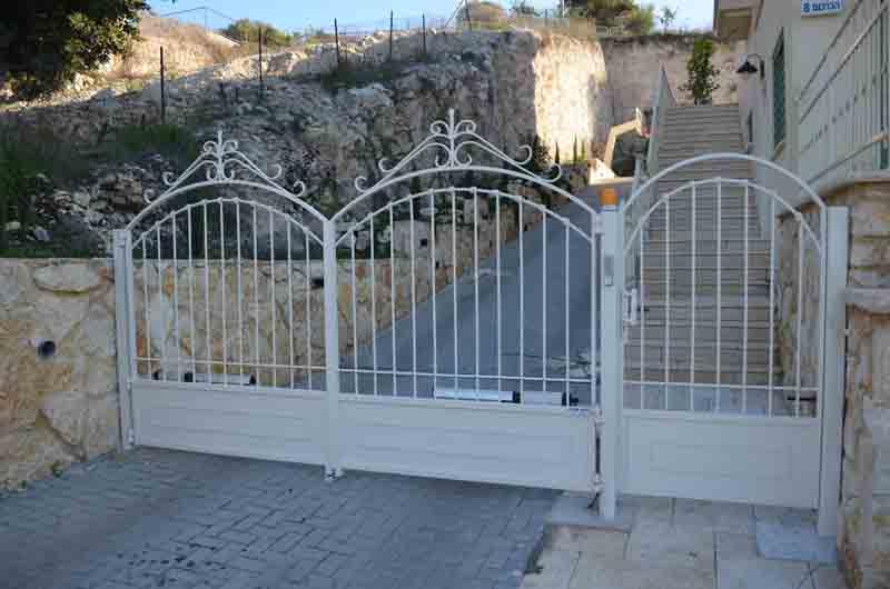 שער ברזל לבן בכניסה לבית דגם נפחות