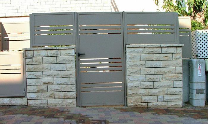 שער לבית פרופילים דקים בצבע אפור בכניסה לבית