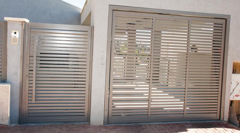 שער לבית פרופילים דקים בכניסה לבית ולחניה