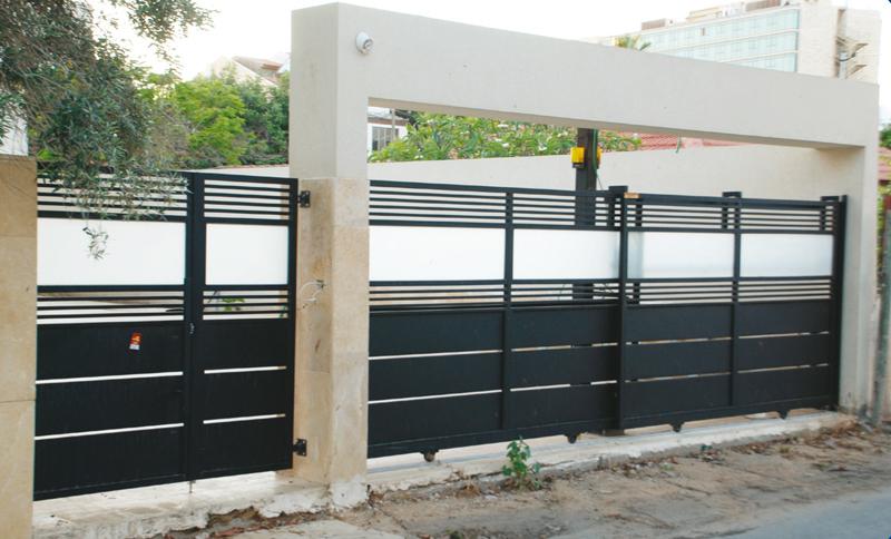 שער לבית חשמלי גדול לחניה וקטן בכניסה לבית