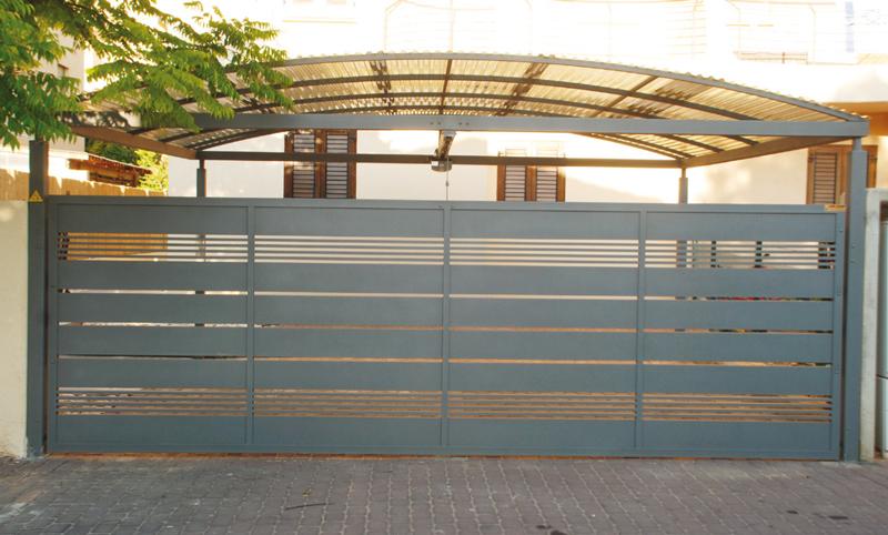 שער לבית גדול בכניסה לחניה ולבית עם סככה